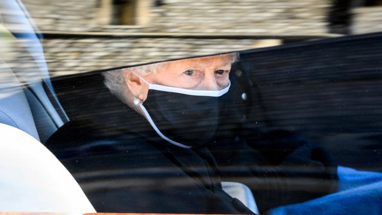 Dronning Elizabeth iført maske ved begravelsen til prins Philip.