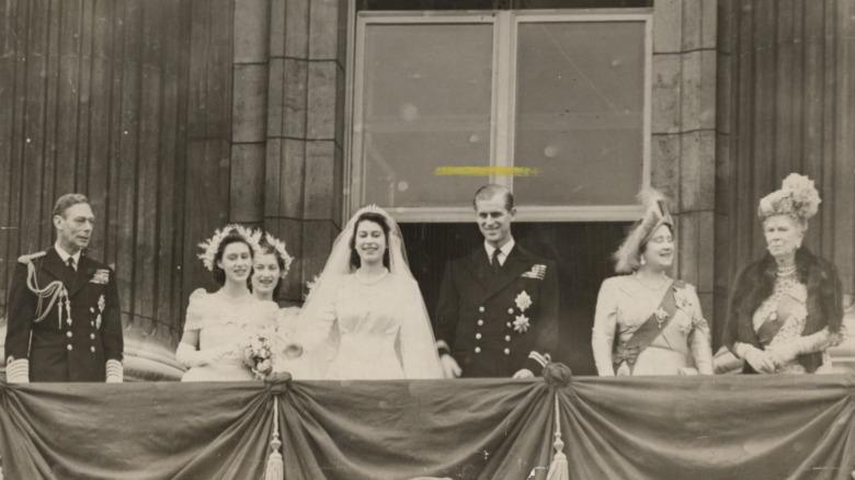 Dronning Elizabeth stiller seg ved siden av prins Philip på bryllupsdagen