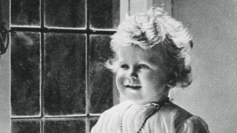 Dronning Elizabeth satt i nærheten av et vindu i 1927.