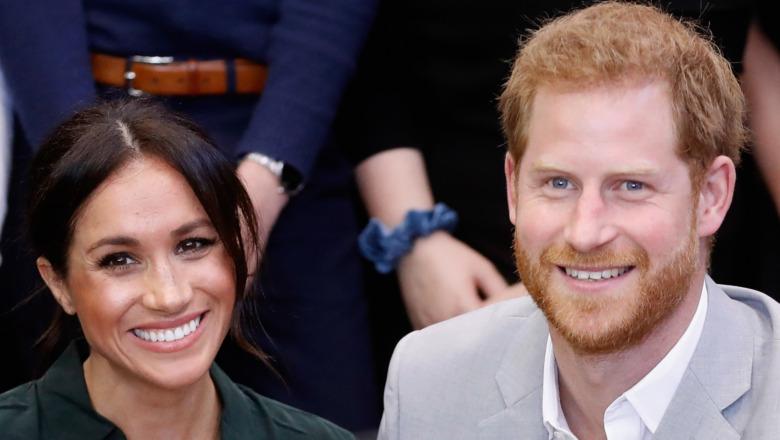 Meghan Markle og prins Harry smiler etter kameraet