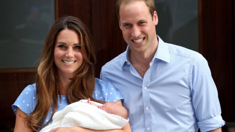 Kate Middleton og prins William poserer med et spedbarn prins George