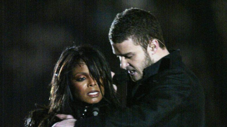 Janet Jackson og Justin Timberlake opptrer på Super Bowl-pauseshowet i 2004