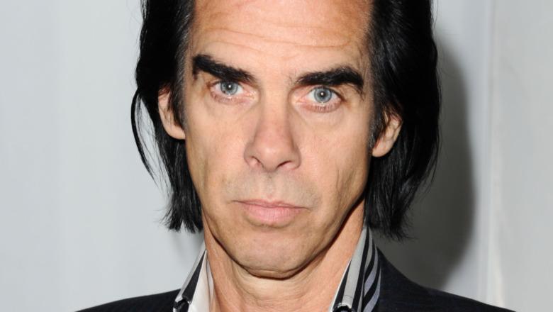 Nick Cave stirrer rett på kameraet med alvorlig uttrykk