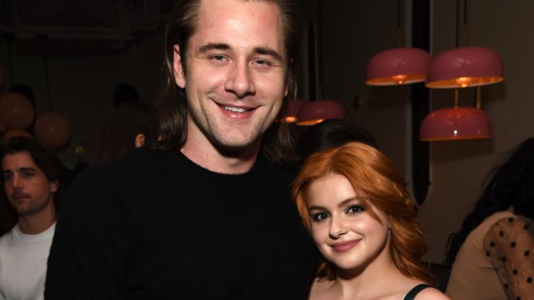 Luke Benward og Ariel Winter smilende