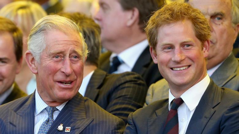 Prins Charles og prins Harry ler