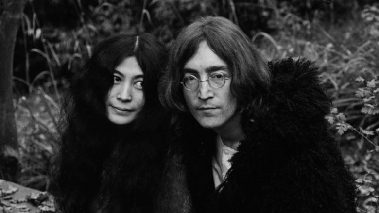 John Lennon og Yoko Ono står sammen