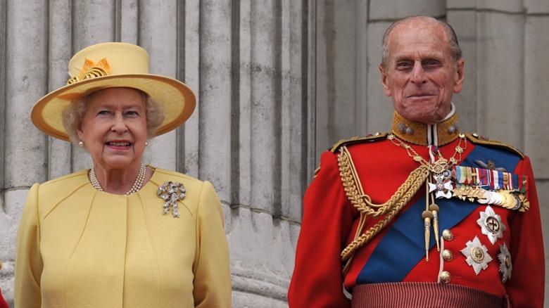 Dronning Elizabeth II og prins Philip smilende