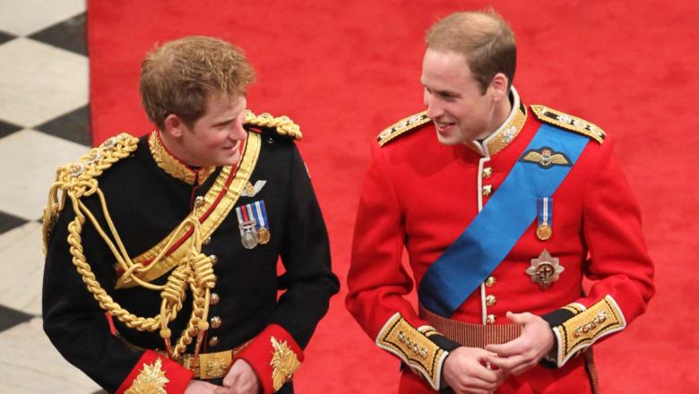Prins Harry og prins William smiler