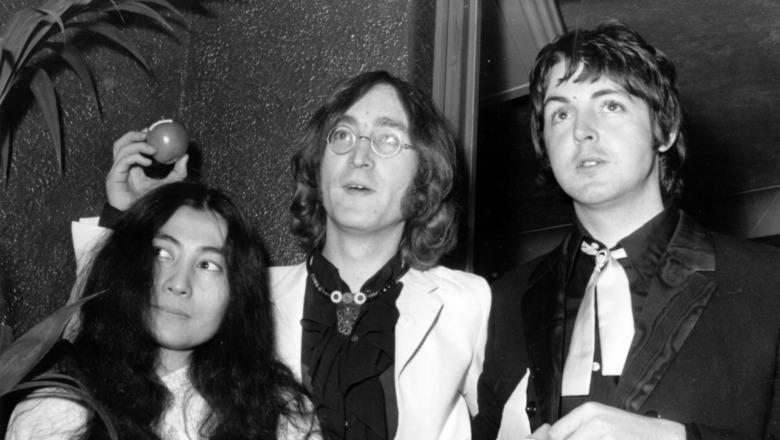 Yoko Ono, John Lennon og Paul McCartney stiller for et bilde