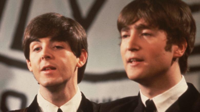 Paul McCartney og John Lennon opptrer