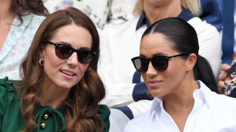 Kate Middleton og Meghan Markle snakker