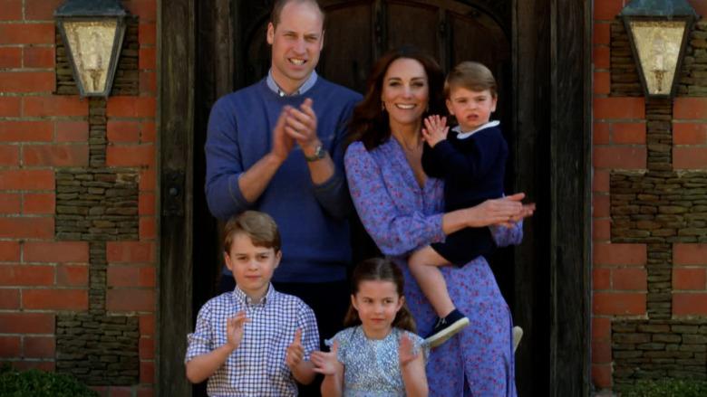 Prins William, Kate Middleton, prins George, prinsesse Charlotte og prins Louis smiler