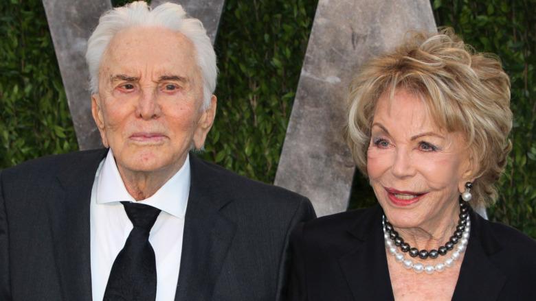 Kirk Douglas og Anne Douglas poserer på rød løper