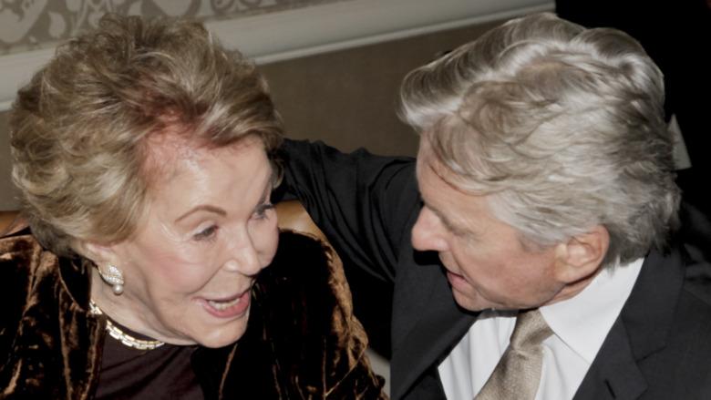 Anne Douglas og Michael Douglas snakker