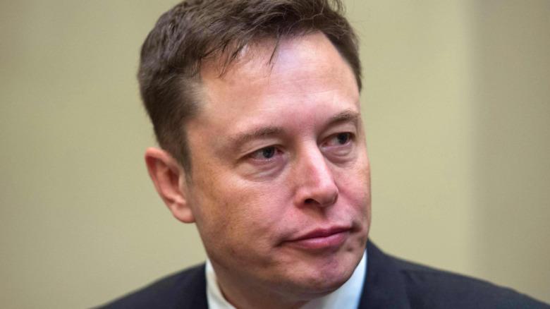 Elon Musk med et seriøst uttrykk