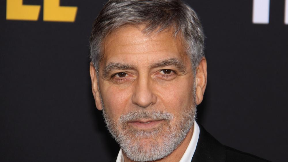 George Clooney med grå stubb