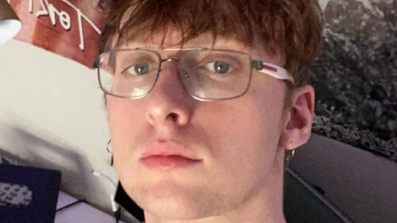 Adam Perkins poserer for selfie