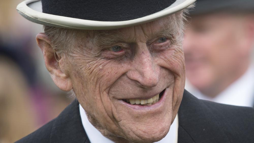 Prins Philip smiler i topplue