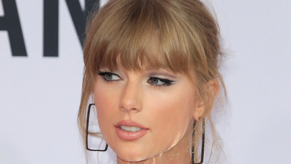 Taylor Swift stirrer på kameraet på den røde løperen