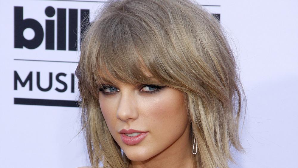 Taylor Swift på en rød karoett