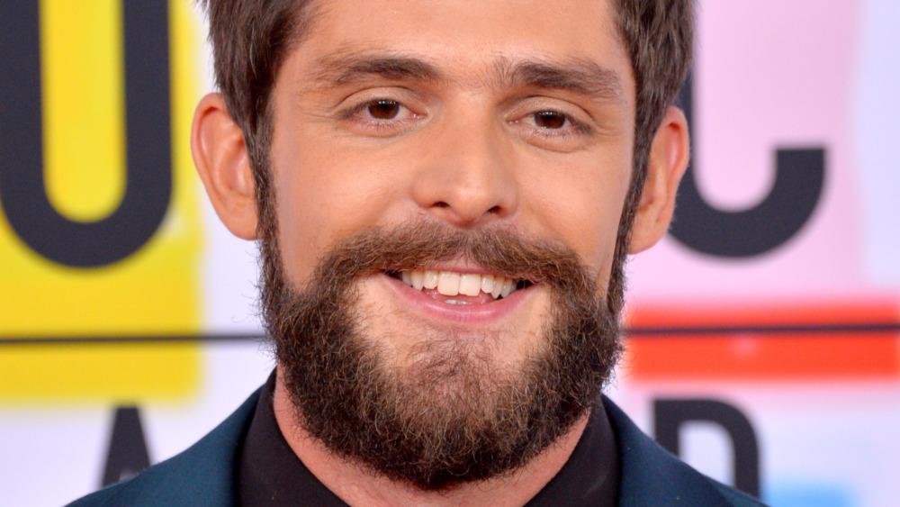 Thomas Rhett med fullt skjegg, smilende