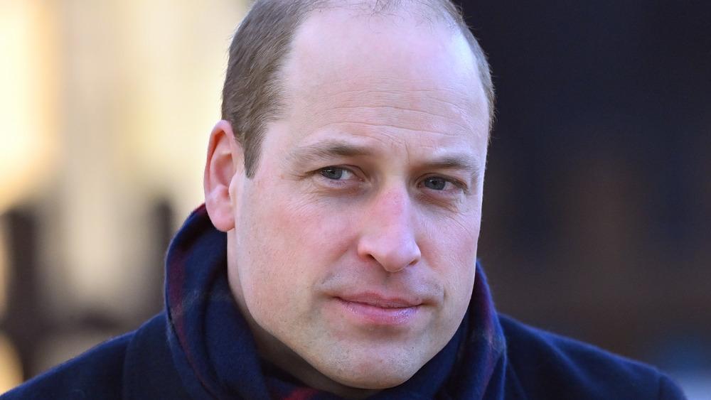 Prins William ser ettertenksom og stirrer ut i det fjerne