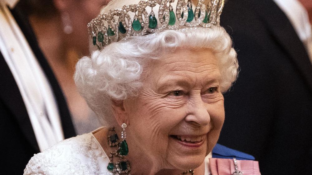 Dronningen smiler til en kongelig begivenhet