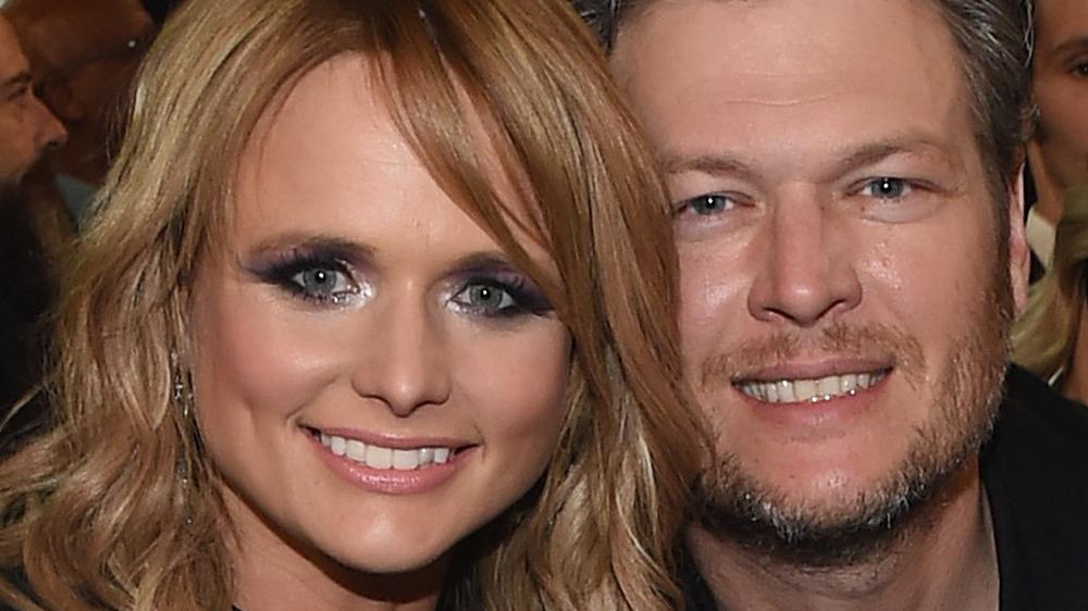 Miranda Lambert og Blake Shelton sitter sammen