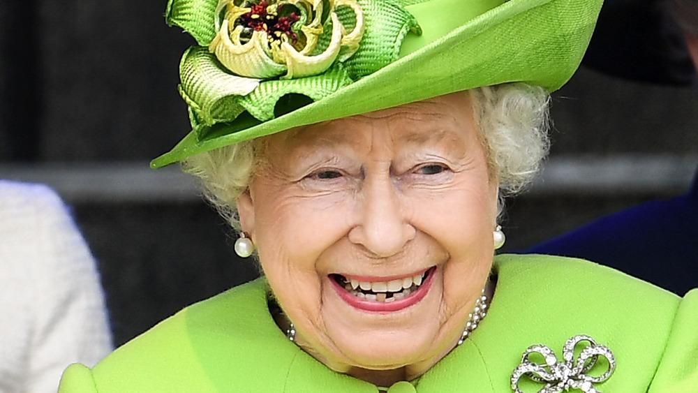 Dronning Elizabeth ler av et arrangement