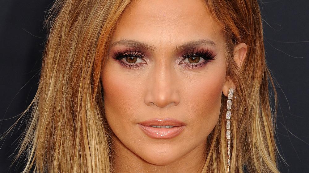 Jennifer Lopez med et seriøst uttrykk