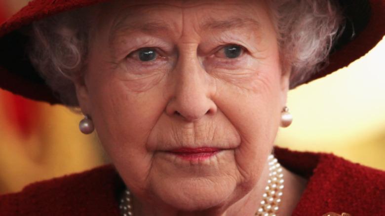 Dronning Elizabeth med et seriøst uttrykk