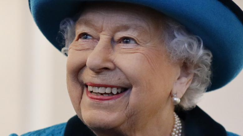 Dronning Elizabeth smiler
