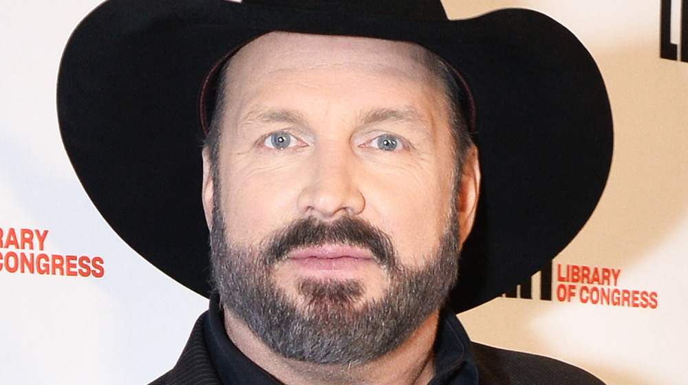 Garth Brooks stiller i en svart cowboyhatt
