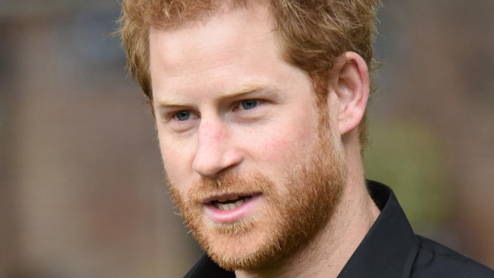 Prins Harry står utenfor