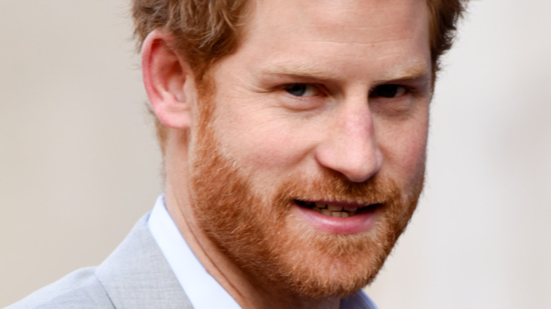 Prins Harry stirrer ubehagelig inn i kameraet