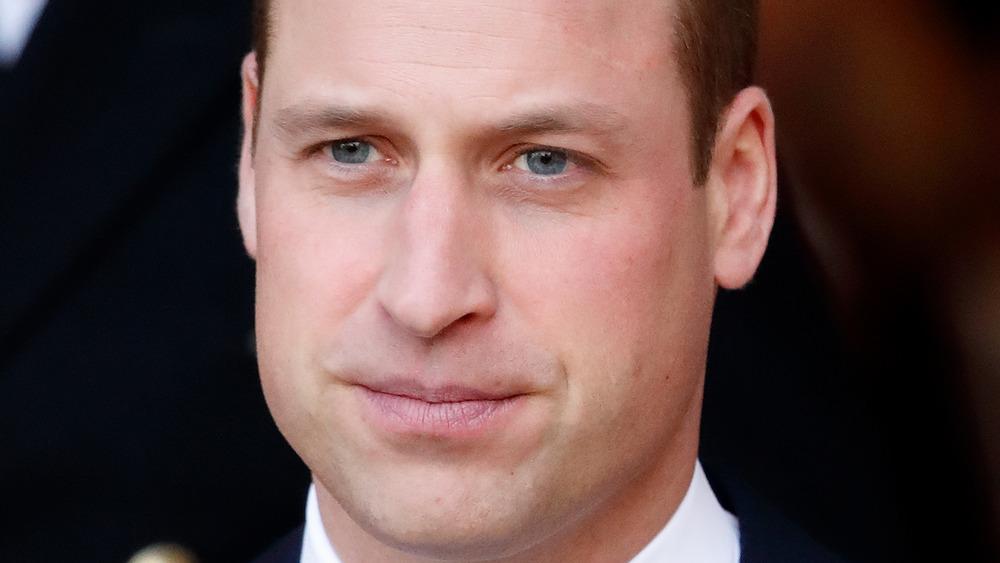 Prins William stirrer med et seriøst uttrykk