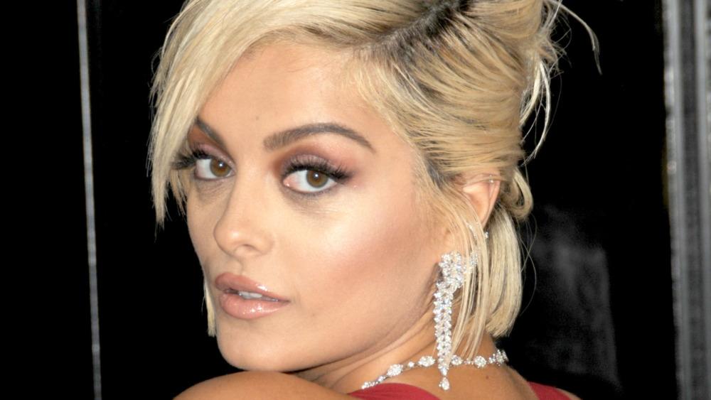 Bebe Rexha stirrer over skulderen på Grammy Awards røde løperen