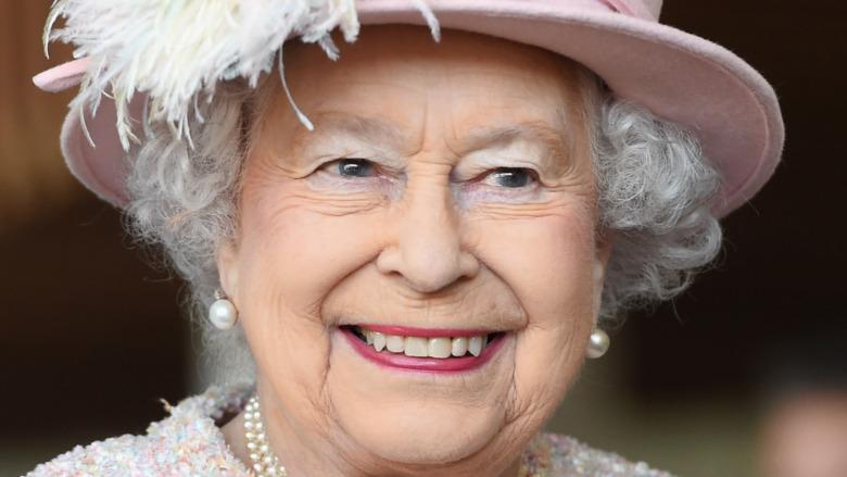 Dronning Elizabeth II smiler