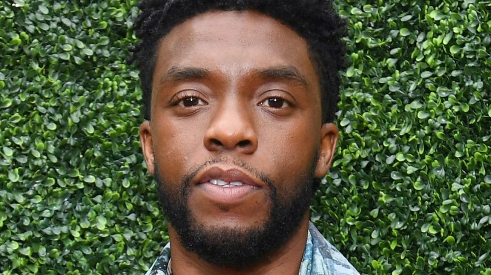 Chadwick Boseman poserer