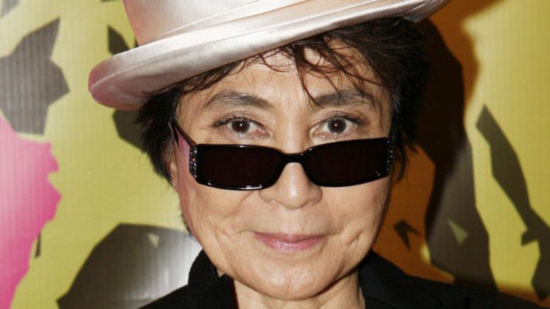 Yoko Ono poserer i solbriller og hatt