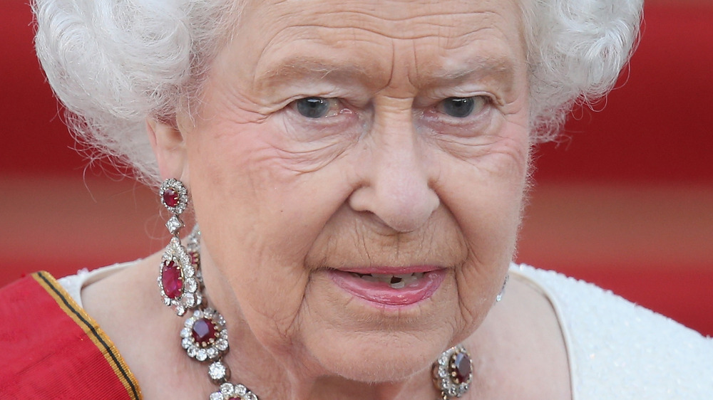 Dronning Elizabeth II ser ut til mengden