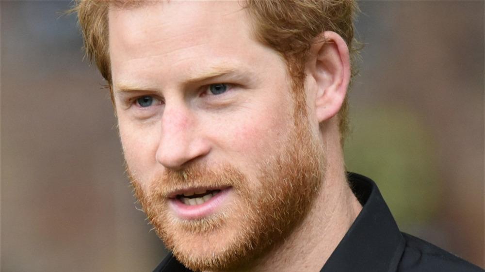 Prins Harry iført svart skjorte