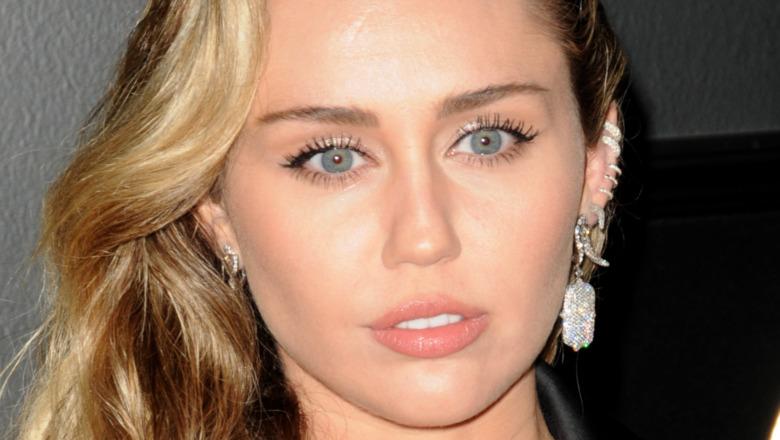 Miley Cyrus med et seriøst uttrykk