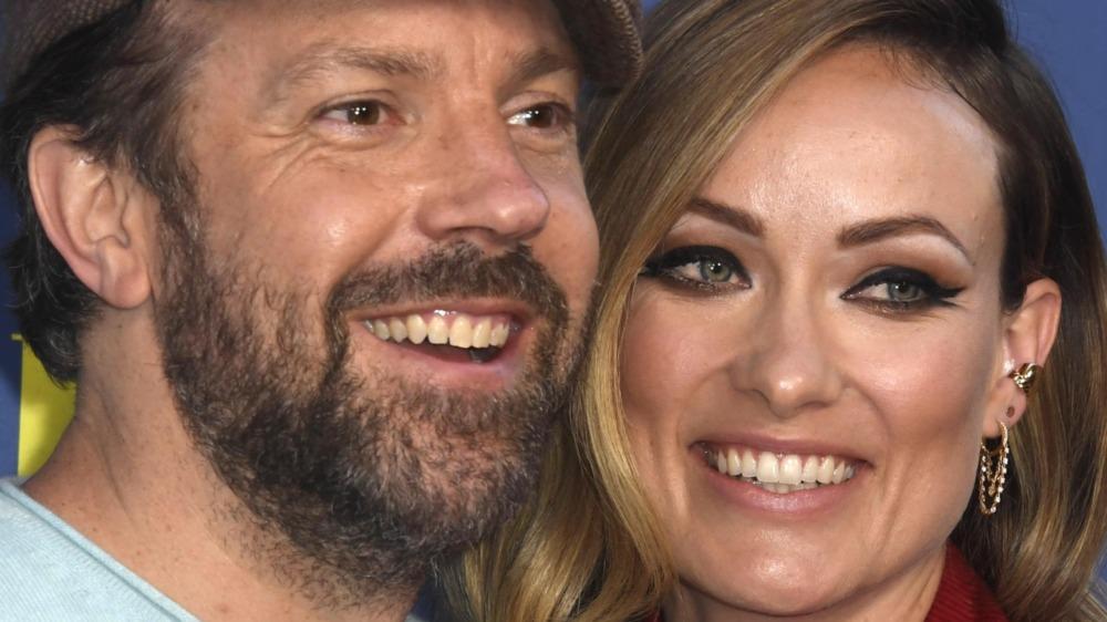 Jason Sudeikis og Olivia Wilde smiler