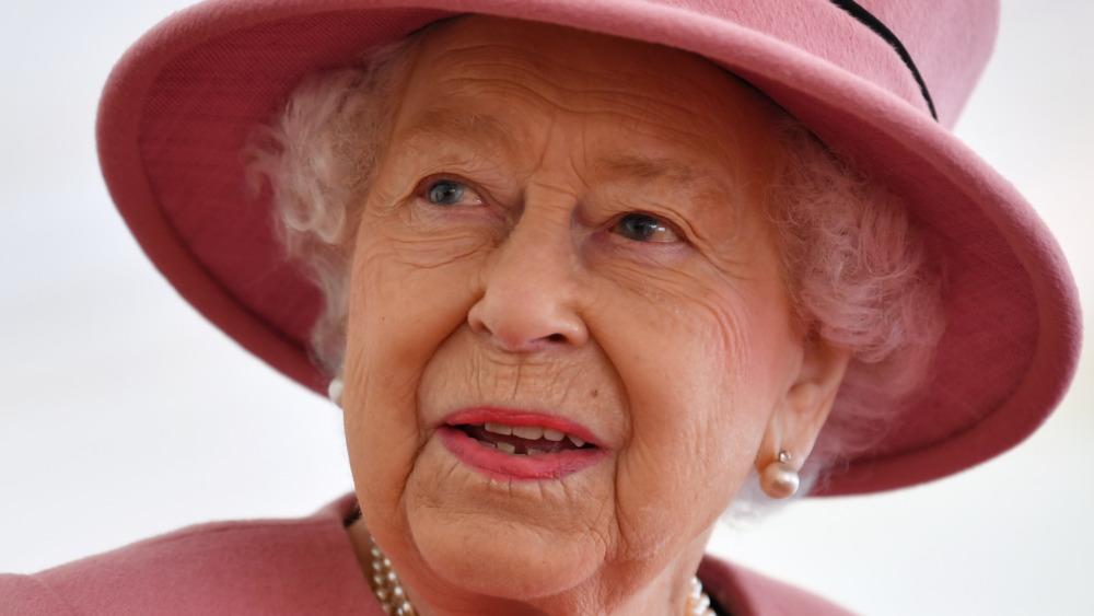 Dronning Elizabeth II under et besøk på Defense Science and Technology Laboratory