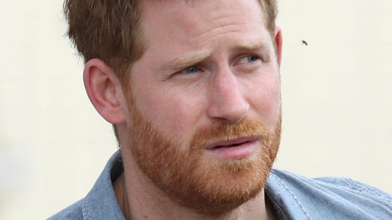 Prins Harry stirrer med et seriøst uttrykk