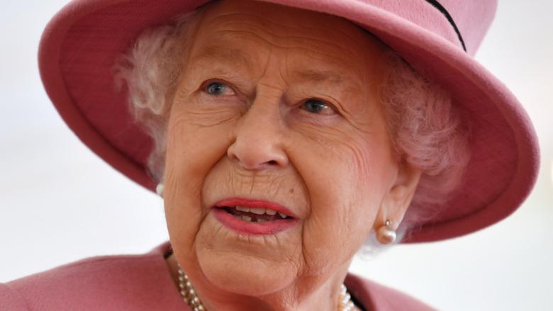 Dronning Elizabeth II har på seg en rosa hatt