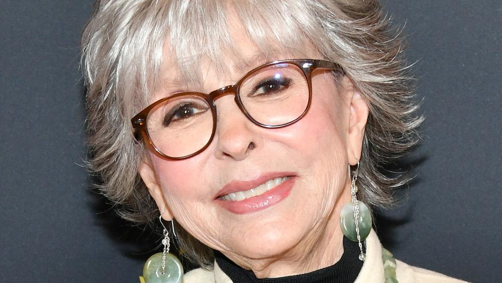 Rita Moreno poserer i briller