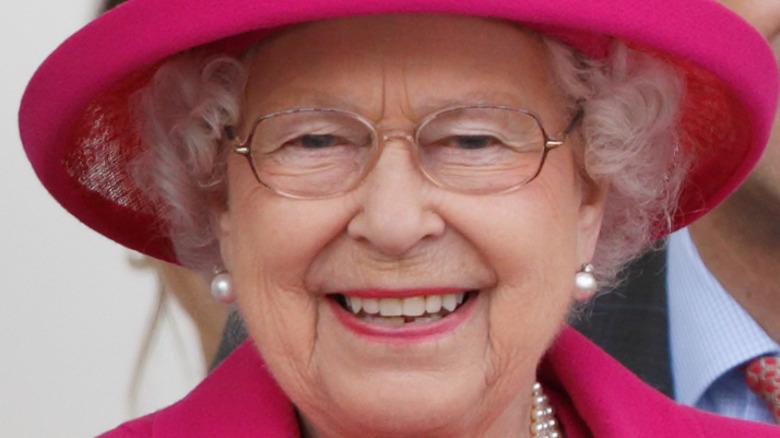 Dronning Elizabeth smilende rosa antrekk