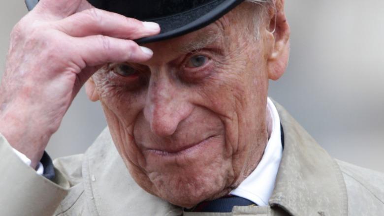 Prins Philip løfter hatten på arrangementet